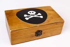 Den gamla träasken med piratkopierar symbol - skallen och ben på svart Royaltyfri Fotografi
