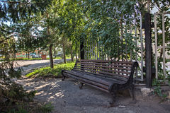 Den gamla träbänken i namnet för den Petropavl ryssstaden är Petropavlovsk royaltyfria foton