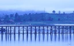 Den gamla träbron (den måndag bron) över floden i mornien Royaltyfria Bilder