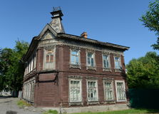 Den gamla träbyggnaden från det tidigt - århundrade för th 20 på den Pushkin gatan Barnaul Royaltyfri Bild