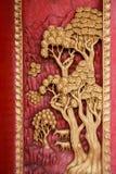 Den gamla trädörren var den sned thailändska modellen Arkivfoto