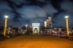 Den gamla träholländska bron på nattetid mot rusar moln Royaltyfri Fotografi