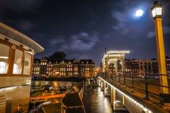Den gamla träholländska bron på nattetid mot rusar moln Royaltyfri Foto