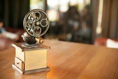 Den gamla träkaffekvarnen med handtaget shoppar in bakgrundsdesign Fotografering för Bildbyråer