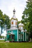 Den gamla träkyrkan i byn Corbu moldova Arkivbild