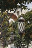 Den gamla traditionella islamiska lyktan i sommar parkerar Arkivfoto