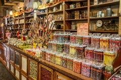 Den gamla traditionella trägodisen shoppar med färgglade sötsaker Arkivbild