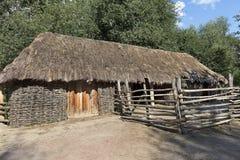 Den gamla traditionella vävde ukrainska lantliga ladugården med ett halmtäckt tak Royaltyfri Fotografi