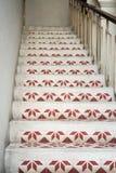 Den gamla trappan i katolsk kyrka dekorerade med den geometriska modellen Arkivbild