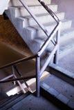 Den gamla trappuppg?ngen i shoppinggalleria fotografering för bildbyråer
