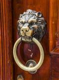 Den gamla trädörren dekorerade med ett lejonhuvud Arkivfoto