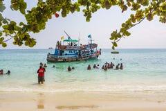 Den gamla träfärjan kommer med turister till den lilla ön av Koh Arkivfoton