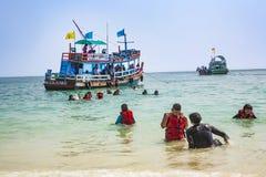 Den gamla träfärjan kommer med turister till den lilla ön av Koh Royaltyfria Bilder