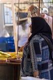 Den gamla turkiska kvinnan köper mat på basaren Royaltyfri Fotografi