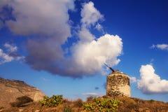 Den gamla väderkvarnen fördärvar på en kulle i den Santorini ön Fotografering för Bildbyråer
