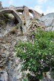 Den gamla väggen fördärvar med bågar i Frigiliana, den spanska vita byn Andalusia Arkivfoto