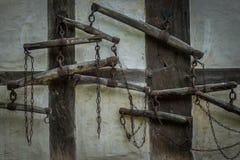 Den gamla väggen med vippor av halvan timrade lantbrukarhemmet Arkivfoton