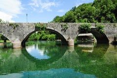 Den gamla välvda stenbron av Rijeka Crnojevica Arkivfoton