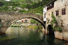 Den gamla välvda stenbron av Rijeka Crnojevica Royaltyfria Bilder