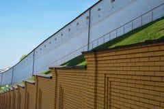 Den gamla vita väggen av slotten och den nya gula väggen som göras av tegelstenar Royaltyfri Bild