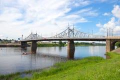 Den gamla Volga bron på en solig Juli dag Tver Ryssland Royaltyfria Bilder