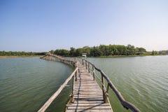 Den gamla wood bron i sjön av Chumphon Thailand Arkivbilder