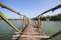 Den gamla wood bron i sjön av Chumphon Thailand Arkivfoto