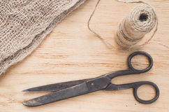 Den gammal saxen och skeinjute tvinnar på en träbakgrund, den selektiva fokusen, lantlig stil Arkivfoto