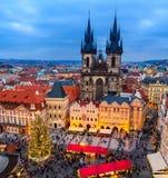 Den gammal stadfyrkanten och jul marknadsför i Prague, Tjeckien Fotografering för Bildbyråer