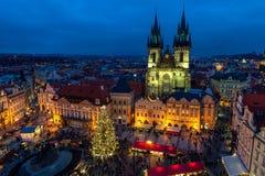 Den gammal stadfyrkanten och jul marknadsför på aftonen i Prague Arkivfoto