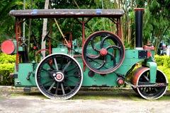 Den gammala ångarullen bearbetar med maskin för att lägga av asfalt Fotografering för Bildbyråer