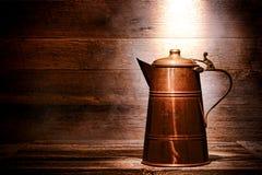 Den gammala antikviteten förkopprar bevattnar kannan i forntida hus Fotografering för Bildbyråer