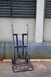 Den gammala blåtthandcarten eller barrowen åker lastbil Royaltyfria Bilder