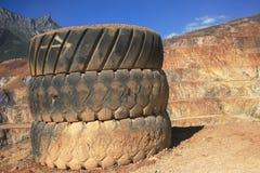 den gammala bunten tires lastbilen Royaltyfria Bilder