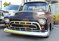 Gammala svart Chevrolet åker lastbil Royaltyfria Bilder