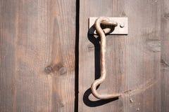 Den gammala dörren låser arkivbild