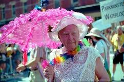 den gammala färgrika mannen ståtar regnbågen toronto Arkivfoto