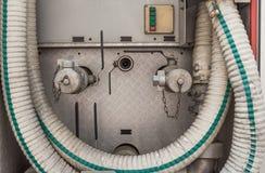 Den gammala industriella högtryckventilen och klapp belägger med metall röret royaltyfria foton