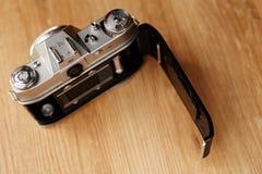 den gammala kameran öppnar Royaltyfria Bilder