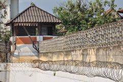 Den gammala klockan står hög arresten i town på Chiangmai. Arkivfoton