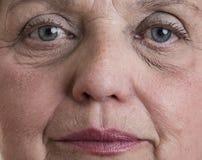 Den gammala kvinnan vänder mot Royaltyfri Foto