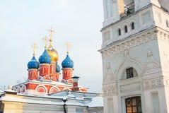 Den gammala kyrkan i den Moscow staden centrerar Royaltyfri Bild