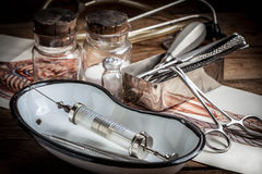 Den gammala läkarundersökningen instrumenterar Arkivfoton