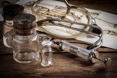 Den gammala läkarundersökningen instrumenterar Arkivbilder