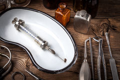 Den gammala läkarundersökningen instrumenterar Arkivfoto