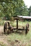 Den gammala lantgården bearbetar med maskin Arkivfoto