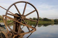 Den gammala mekaniska kranen utrustar på den Salleen pir Royaltyfria Bilder