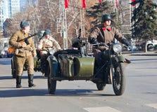 den gammala militära motorcykeln ståtar Royaltyfria Bilder