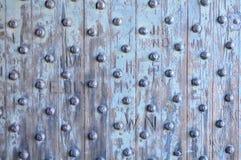 Den gammala oakdörren med stryker rivets Arkivbilder