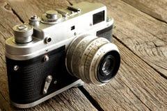 Den gammala retro kameran på trätappning stiger ombord Arkivbilder